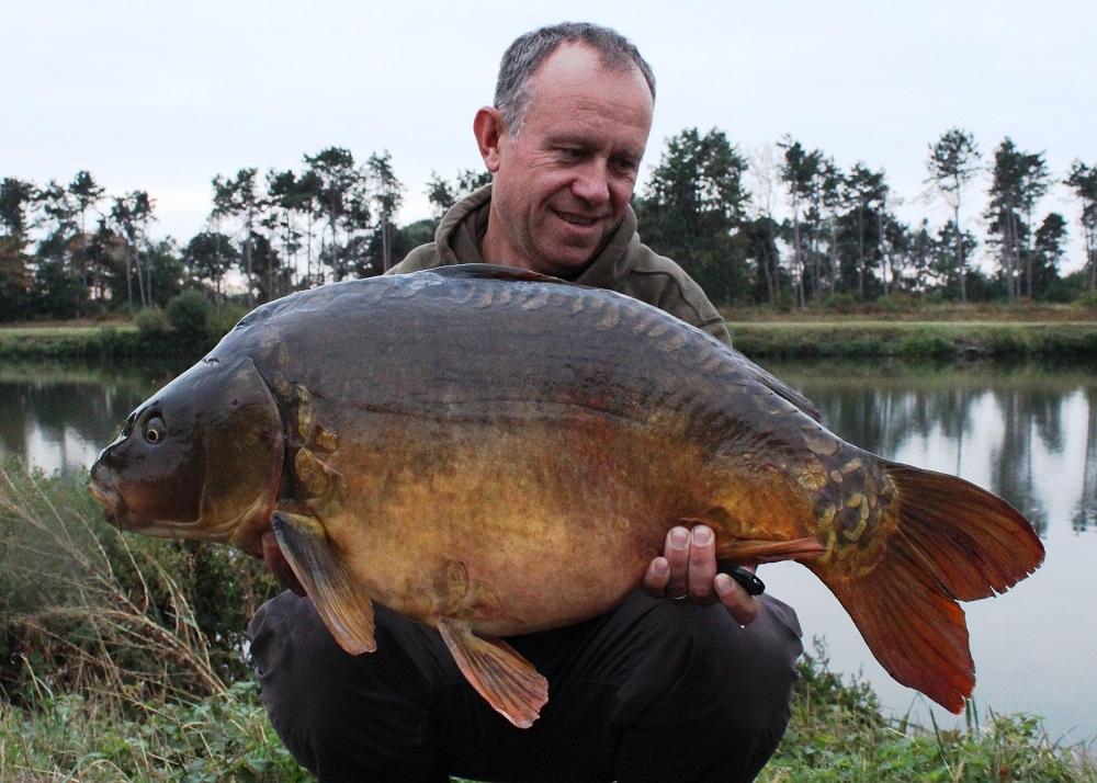 33lb 2oz belgium canal carp caught on crave boilies
