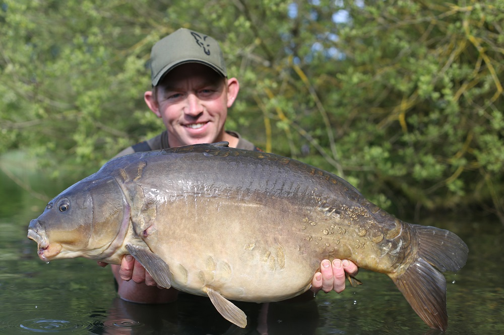 mark bartlett with a linear carp caught on pineapple & banana fluro pop-up